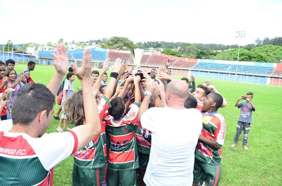 <h1>É campeão </h1> <h>Nova Friburgo vence nos pênaltis e conquista Campeonato Municipal Sub 13</h>