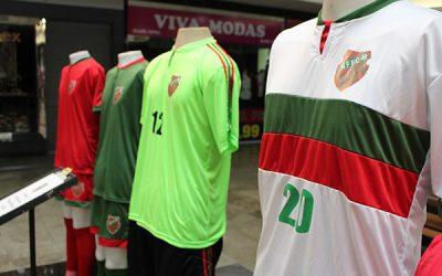 Novo manto  Uniformes serão utilizados em partidas oficiais do clube verde e vermelho
