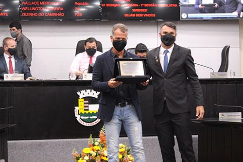 <h1>Alexandre Fajardo recebe o título de Cidadão Friburguense </h1> <h>Indicação foi proposta pelo verador Cláudio Leandro (PL) e entregue nesta quinta (30 de setembro)</h>